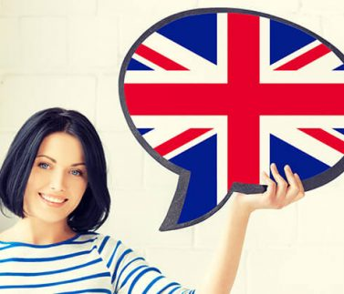 Ragazza con buona pronuncia mostra bandiera inglese