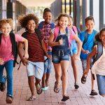 Bambini felici partecipano alla summer school British School